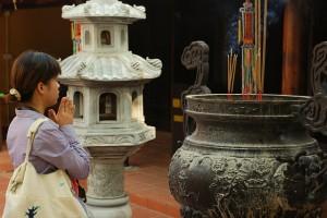 Betendes Mädchen in Hanoi